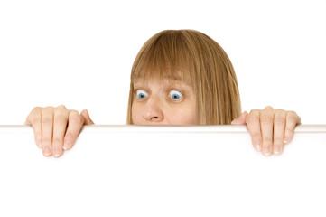 Erwachsene Frau blickt über eine Kante, Textfreiraum