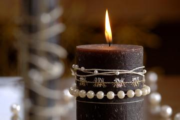 Brennende Kerzen mit Perlen verziert