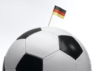Deutsche kleine Flagge in Fußball gesteckt