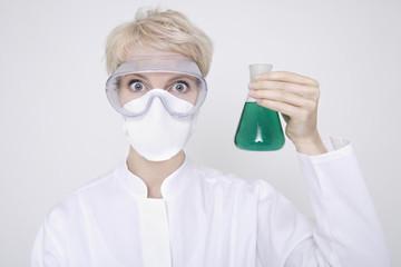 Frau halten Flaschen von Flüssigkeit