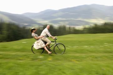 Paar beim Fahrradfahren