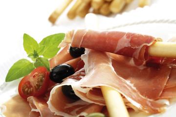 Grissini mit Parmaschinken und Oliven