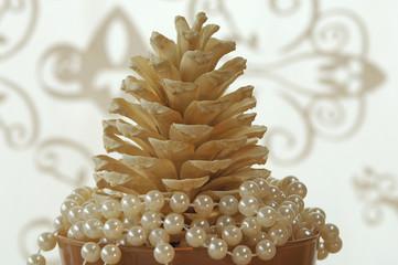 Tannenzapfen mit Perlen aus Glas, Weihnachtsschmuck, close-up