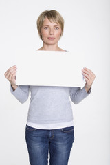 Frau jung mit leer Plakat, Schild Porträt