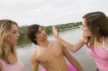 Junger Mann Händchen bekommt eine Ohrfeige, Eifersucht