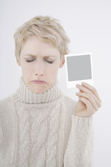 Frau halten polaroid Bild, die Augen geschlossen, nach unten, Porträt