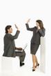 Business-Kollegen geben High Five, Hände klatschen lächeln