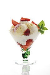 Eis mit Erdbeeren