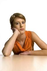 Portrait einer jungen Frau, Kopf auf den Händen