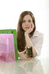 Junge Frau mit Einkaufstüten, nach dem Einkauf, Portemonnaie leer