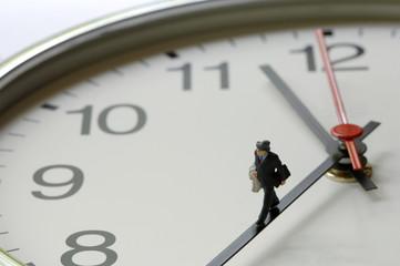 Uhr mit Figur auf Zeiger
