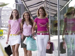 Teenager, Mädchen schauen in Einkaufstüten, lächelnd
