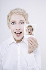 Frau mit Baby-Foto, Portrait