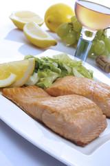 Gebratener Lachs mit Salat
