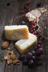 Österreich, Salzburg, Radstädter Käse mit Walnüssen und Trauben