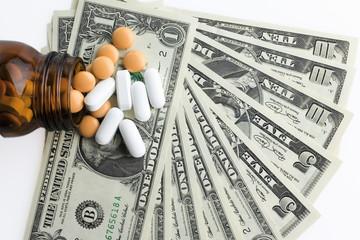Verschreibungspflichtig Fläschchen und Pillen auf US-Banknoten, close-up