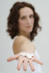 Frau mit Tabletten auf der Hand, Medizin, Nahaufnahme