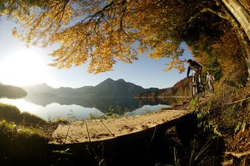 Junger Mann Mountainbiken im Wald