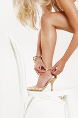 Frau, High Heels anziehend