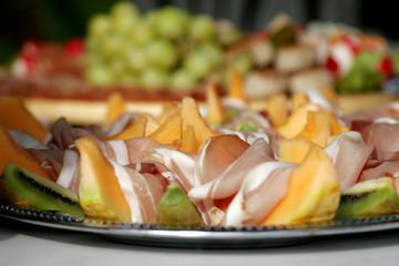 Melonenscheiben mit Parmaschinken