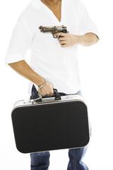Mann mit Geldkoffer, Pistole, close-up