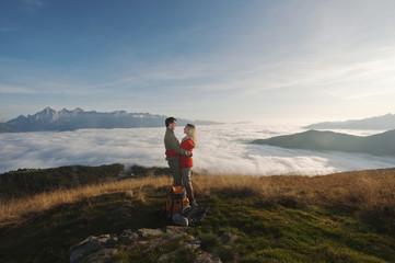 Österreich, Steiermark, Reiteralm, Paar beim Wanderer und umarmen