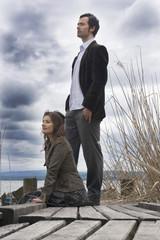 Paar sitzt auf Steg