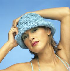 Frau mit blauem Hut