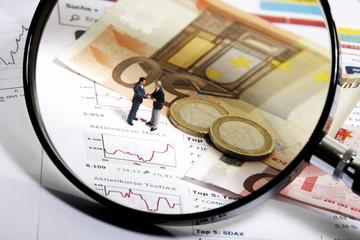 Lupe, Geld (Euros), Aktienkurse und Figuren