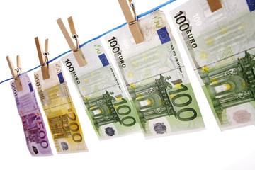 Euro-Banknoten auf Wäscheleine