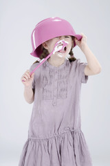 Mädchen tragen Hut und Schale essen Creme