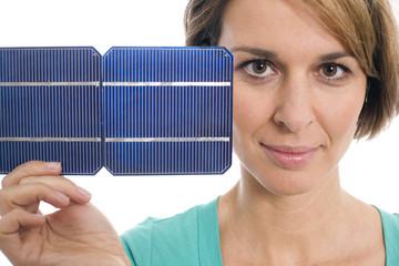 Frau mit Solarzelle