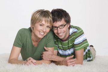 Paar liegen auf dem Teppich, Portrait
