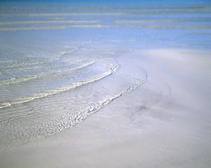 Weiche Wellen am Sandstrand