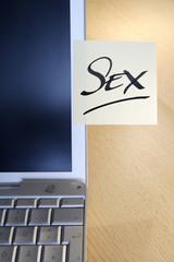 """Haftnotizen auf Laptop Sprichwort """"Sex"""""""