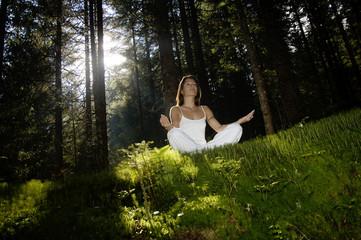 Junge Frau im Wald, meditieren