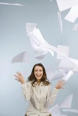 Geschäftsfrau werfen Papiere in der Luft, Lächeln, Portrait