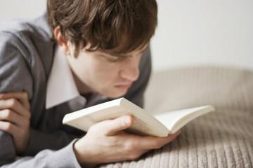 Junger Mann lesen Buch