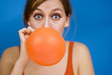 Frau aufblasen Luftballon