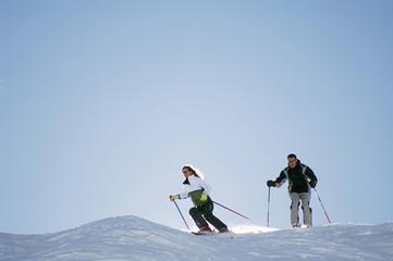 Österreich, Salzburger Land, Paar, Ski in den Bergen