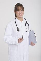 Frau jung mit Stethoskop und dipboard