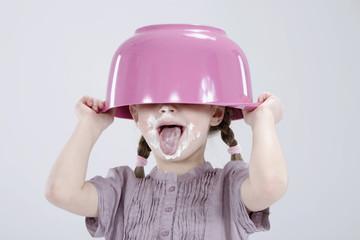 Mädchen mit dem unordentlichen Gesicht tragen Hut