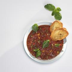 Gazpacho, spanische kalte Tomatensuppe in Schüssel