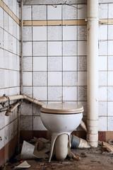 verfallenes Badezimmer