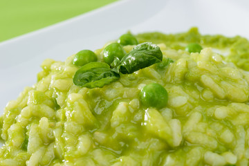 Risotto con crema di piselli, close-up