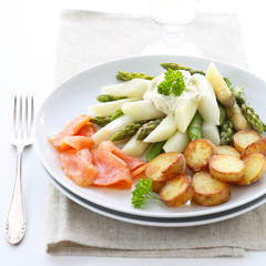 Asparagus with salmon and fried potatoes