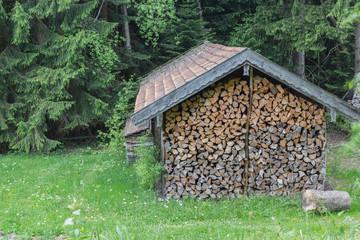 Waldhütte mit Holz