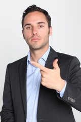 Geschäftsmann zeigt die Zahl 2 an