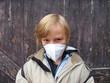 Kind mit Mundschutz beim sprayen