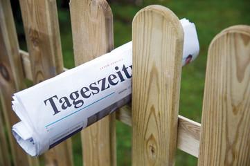 Tageszeitung an Gartenzaun